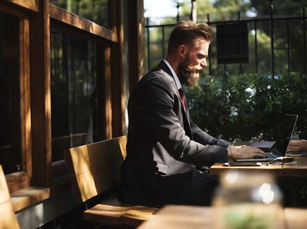 Hombre trabajando con dvproject para real estate